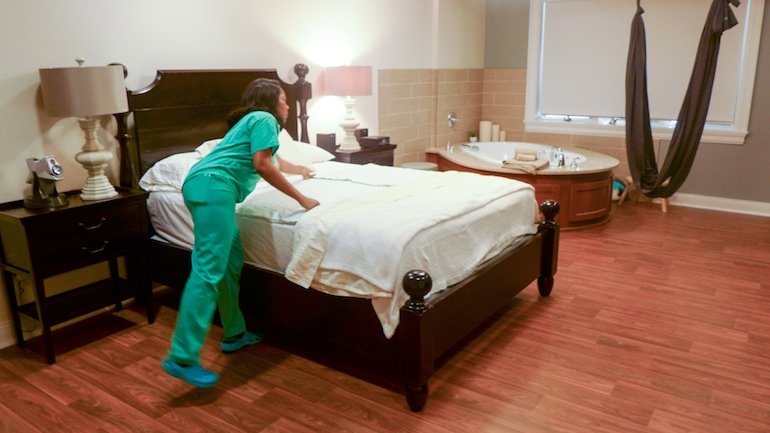At the Greenville Health System Midwifery Care and Birth Center in Greenville, S.C., women get a plush king size bed, a giant tub and cloth swing to assist them with labor. The room has hardwood floors, mood lighting and high tech sound systems. The center is located in a medical park across the street from the main Greenville hospital (Photo by Phil Galewitz/KHN).