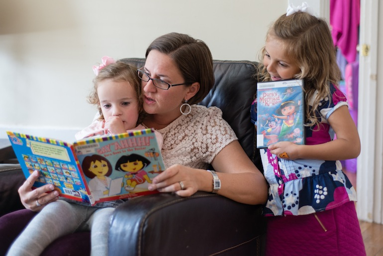 Anne Shamiyeh reads to her daughters Zara and Malia on Thursday, October 22, 2015 (Photo by Heidi de Marco/KHN).