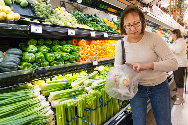 Lisa Tamura shops in the vegetable aisle after getting advice from Dr. Phil Cecchini at the Ralphs supermarket in Laguna Hills, California, on Thursday, November 12, 2015 (Photo by Heidi de Marco/KHN).