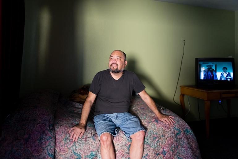 Quiñones en su habitación en el Coral Motel, en Buena Park, California, en febrero del 2016. Después de una cirugía de vesícula, Quiñones no tenía en dónde recuperarse y terminó en el motel utilizado por el Illumination Foundation Recuperative Care. (Heidi de Marco/KHN)