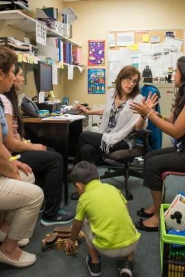 Trabajando en una oficina dentro del Johns Hopkins Bayview Medical Center en Baltimore, la trabajadora social Flor Giusti conversa con pacientes latinos en su oficina. (Doug Kapustin para KHN)