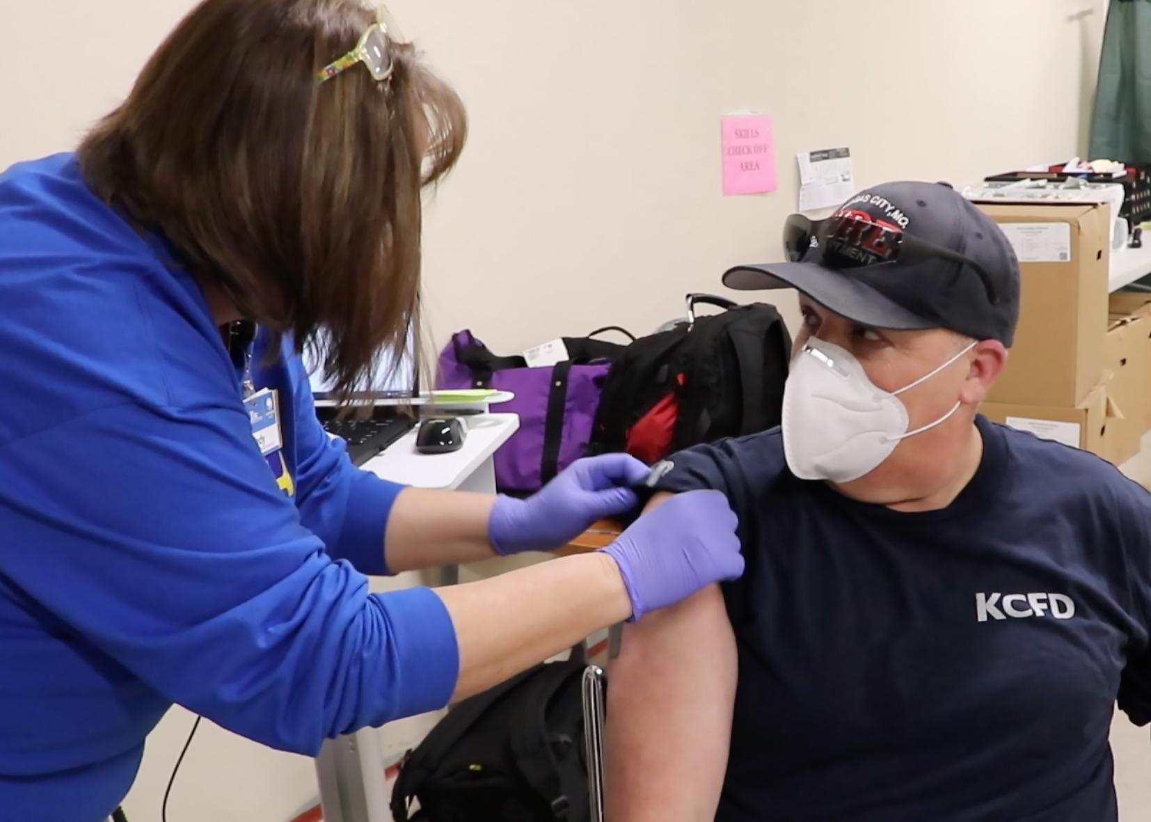 یک مرد واکسن covid-19 را دریافت می کند
