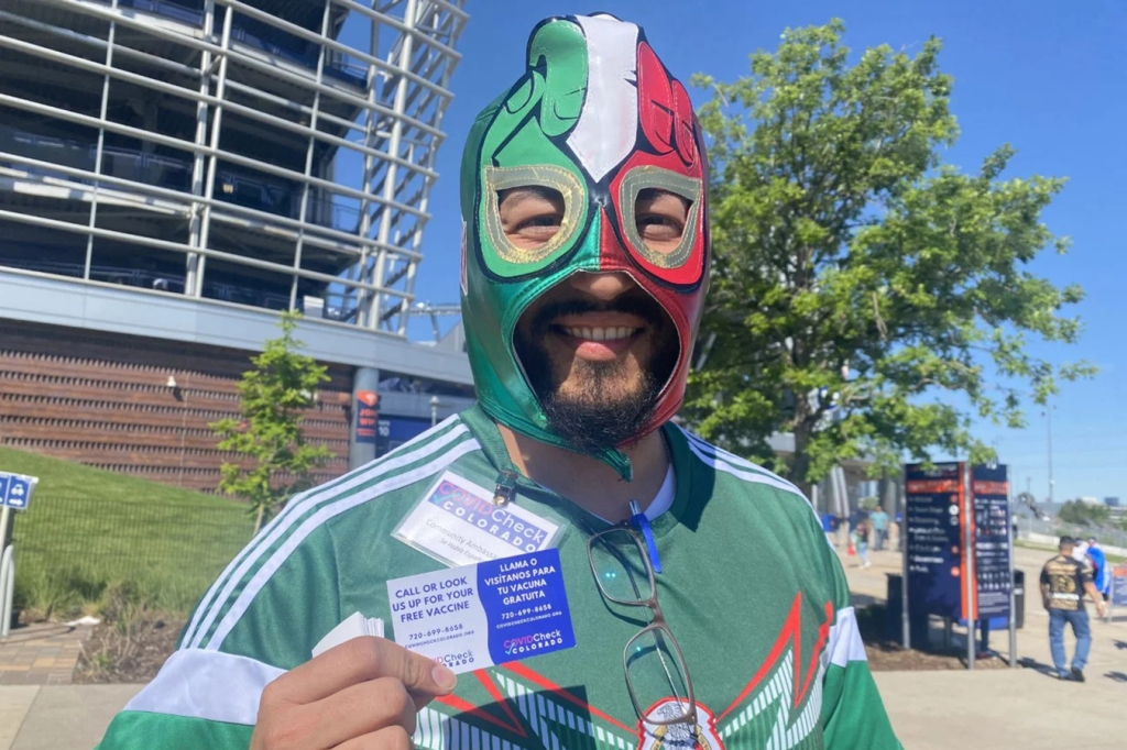 Fútbol, banderas y diversión: estrategias creativas para vacunar a los latinos en Colorado thumbnail